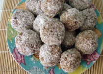 Bomboane raw cu cocos şi curmale