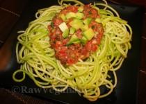 Spaghete din dovlecei cu sos de rosii